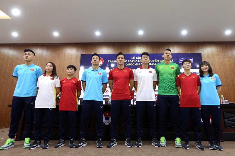 Các tuyển thủ đội tuyển nam, nữ quốc gia trong bộ đồng phục mới