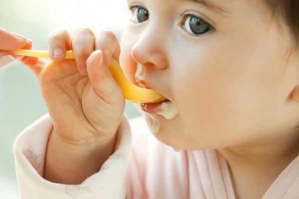 Cho trẻ tự ăn
