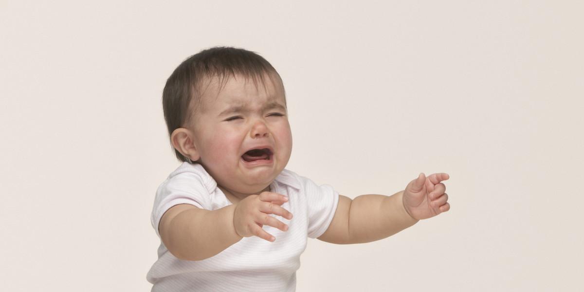 Vì sao trẻ quấy khóc? Bố mẹ nên làm gì khi gặp tình trạng này?